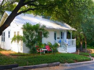 Charming Cottage Great Downtown Location, Austin