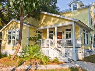 Happy House- Spectacular 3-story Luxury Cottage, Sleeps 27, Make Memories to Last a Lifetime!, Tybee Island