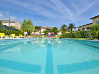 Gorgeous Saint Tropez holiday aprtment with shared pool, terrace and private garden, Saint-Tropez