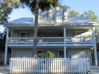 Carpe Beachem is 1 Block from the beach and away from the hustle and bustle, this modern house is a great location for a getaway, Tybee Island