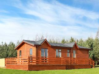 CALLOW LODGE 2, detached, king-size double beds, en-suite, private hot tub, shared swimming pool, on Beaconsfield Holiday Park, Ref 918109, Upper Battlefield