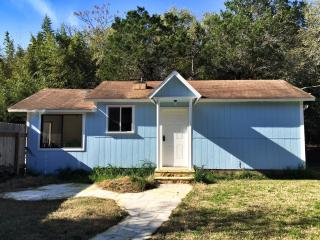 Tiny Eclectic House on 1.5 Wooded Acres with Pool., Austin