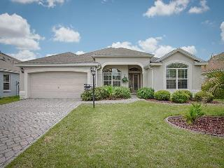 Upgraded designer home next to Lake Sumter Landing - free use of golf cart, The Villages