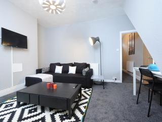 1 Bed Apt Near City Sleeps 4 (c), Manchester