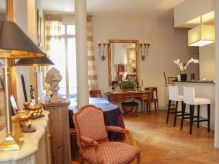 Luxury apartment in the heart  the Golden Triangle, Rochechouart