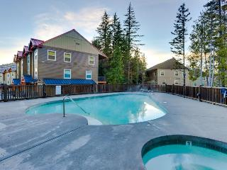 Dog-friendly, upscale condo with pool & hot tub access!, Government Camp