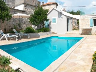 Stone cottage with a pool in Selca, island Brac