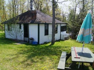 2 and 3 bedroom cottages on Lake Cecebe, Burk's Falls