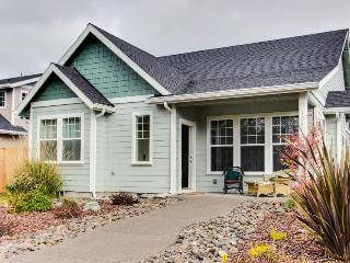 Lovely pet-friendly home with private hot tub, Manzanita