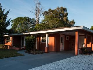 Charming Affordable Lakeview  Pet Friendly Getaway, Sarasota