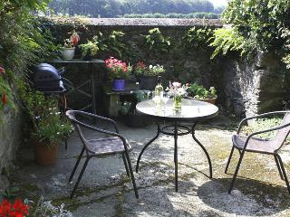 Beautiful detached cottage with private south-facing patio with gas BBQ in a largercourtyard garden