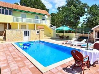 Entire Private Stone Pool Villa- 20 min to Split