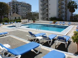 Apartment with pool in quiet area of Funchal
