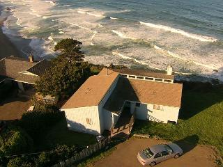 Breathtaking ocean bluff setting - lighthouse views, well equipped kitchen, Manchester