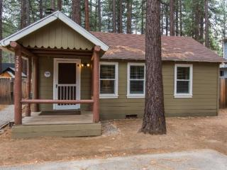 Newly remodeled cabin, cute and cozy, gas fireplace, flatscreen TV`s in every room, South Lake Tahoe