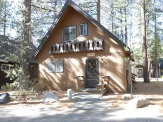 Nice cabin in the Pines, 3 bedroom sleeps up to eight, South Lake Tahoe
