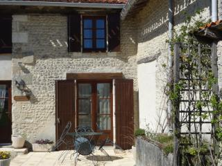 Cottage near to Aubeterre and golf and tennis., Pillac