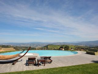 Traditional farmhouse with luxurious antique furnishings. HII MON, Umbria