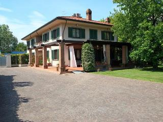 Villa Gloria 2km from the beach.Garden and veranda, Forte Dei Marmi