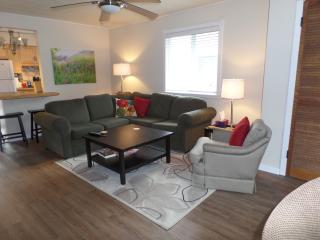 Beebalm Cottage - 2 minute walk to the beach!, Crystal Beach