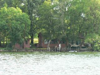 Great Lake Cabin and guest house 20' from lake, Burtrum