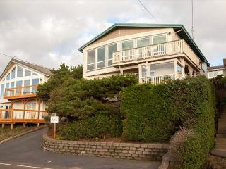 Panoramic Ocean Views, Steps from Beach, With Hot Tub and Amenities, Lincoln City