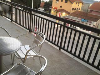 Apartment Tadi 2 for 5 with a balcony, Kastel Kambelovac