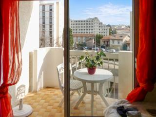 Stylish studio apartment near the centre of Nimes with sunny balcony and private parking