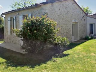 Ultra-modern village house near vineyards and chateaux, with garden and WiFi – sleeps 4, Barsac