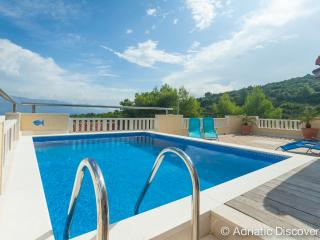 Villa with pool and sea view for 10, Postira