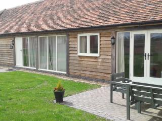 The Partridge Luxury Farm Cottage Hot-tub sleeps 4, Bromsgrove