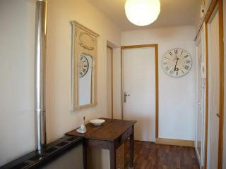 bright apartment along the river in the old town, Arles