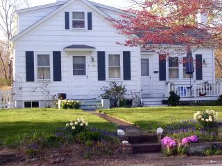 MONTHLY Coastal COUNTRY BUNGALOW ~ PET FRIENDLY, Little Compton