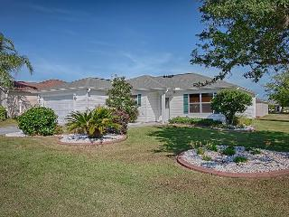 Fantastic location. Just mins from Lake Sumter Landing. Free use of golf cart, The Villages