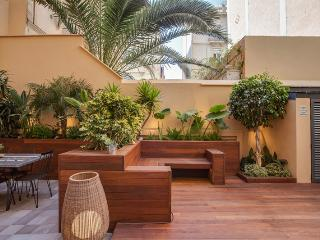 3 Bedrooms Apartment with Private Garden & BBQ, Barcelona