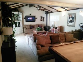 4 min to Disneyland! Modern 4 Bedroom Pool Home!, Anaheim