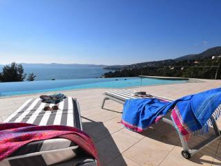 Walk To BEACH Stunning SEA VIEW heated pool, Le Lavandou
