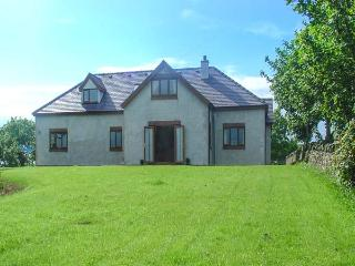 FFERRAM Y LLYN, detached cottage, woodburning stove, en-suite, enclosed garden, lake views, near Cemaes Bay, Ref 922967, Rhosgoch