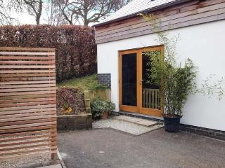 THE SIDINGS, cosy, woodburner, patio with furniture, near Carsington Water in Wirksworth, Ref 923305