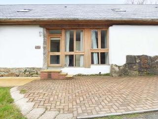 THE BARROW, upside down, terraced cottage, WiFi, off road parking, private patio, in St Blazey, Ref 923829