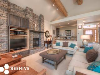 Impeccable 3bd Home secluded in trees with Wildlife Free WIFI* Hot Tub, Big Sky