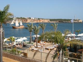 Gorgeous Portuguese-style apartment in Portimão town with views of Rio Arade, sleeps 4, Portimao