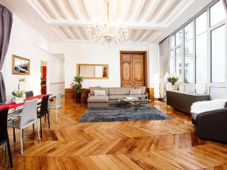 Luxurious Apartment Champs-Elysees / 3 br / 16th, París
