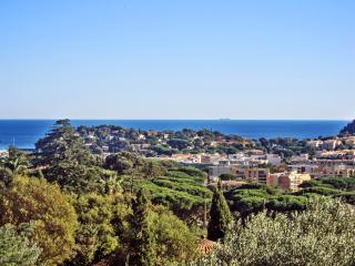 Family-friendly French Riviera apartment with terrace, 900m from beach and town centre, Cavalaire-Sur-Mer