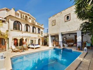 Stunning Moorish villa near Benidorm with private pool, Jacuzzi and sea view – sleeps 18, Altea