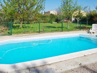 Enchanting house with views of Mont Ventoux, a private pool and games room – sleeps 10, Sorgues
