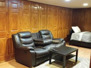 LARGE STUDIO FOR TWO NEAR DOWNTOWN, Toronto