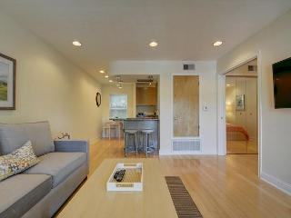 1BR Newly Renovated Condo, Prime Downtown Location! Walk to West 6th Street!, Austin