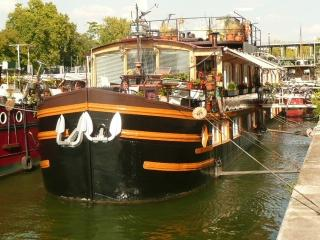 Atypic : appartment on a houseboat in Paris center