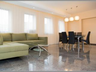 Great 2 br/2 bath, balcony, amazing location!, Jerusalem